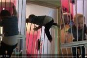Βίντεο: Μωρό το σκάει ακόμα και από διπλή πόρτα