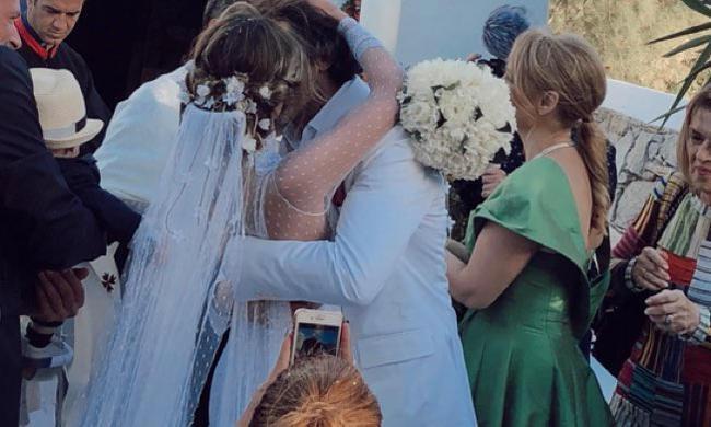 ed2f9a5654ad Η Αθηνά Οικονομάκου παντρεύεται αυτή την ώρα με θρησκευτικό γάμο τον Φίλιππο  Μιχόπουλο στη Μύκονο.